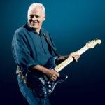 David Gilmourが彼の象徴的なブラックのストラトキャスターを含む120本のコレクションをオークションで放出!